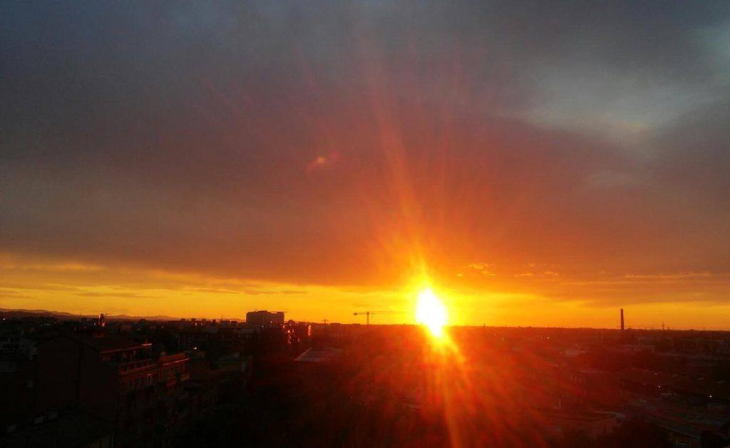 tramonto sole nuvole grige