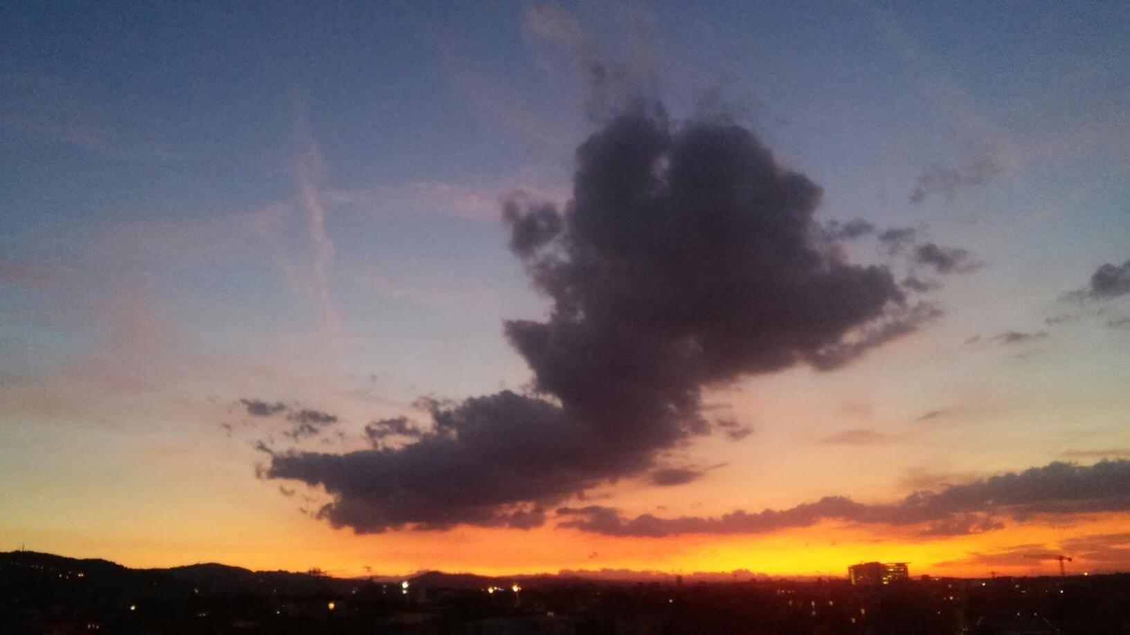 tramonto nel cielo la sera
