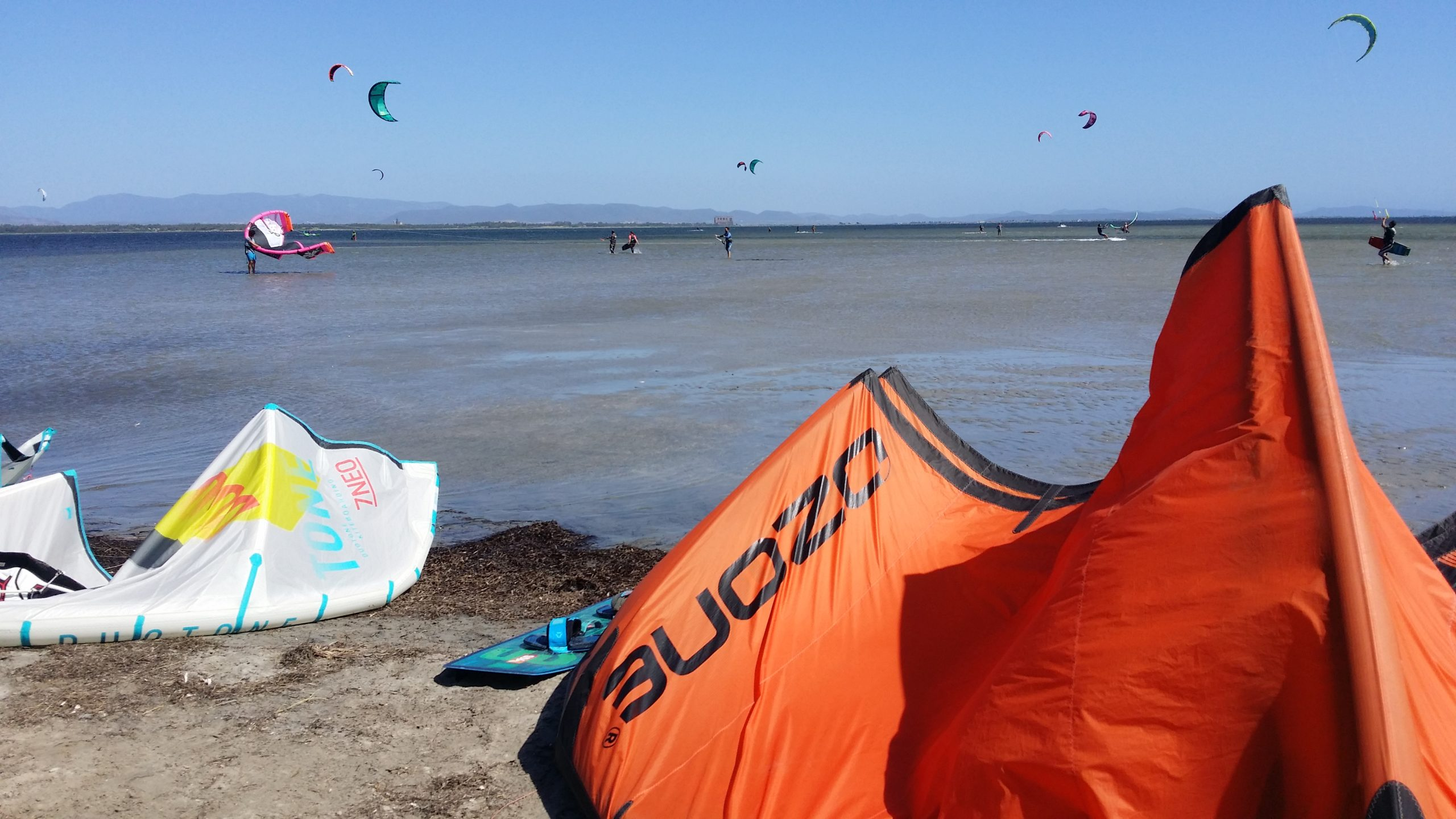 Kitesurf a Punta Trettu Vele kite in volo e atterrate scaled