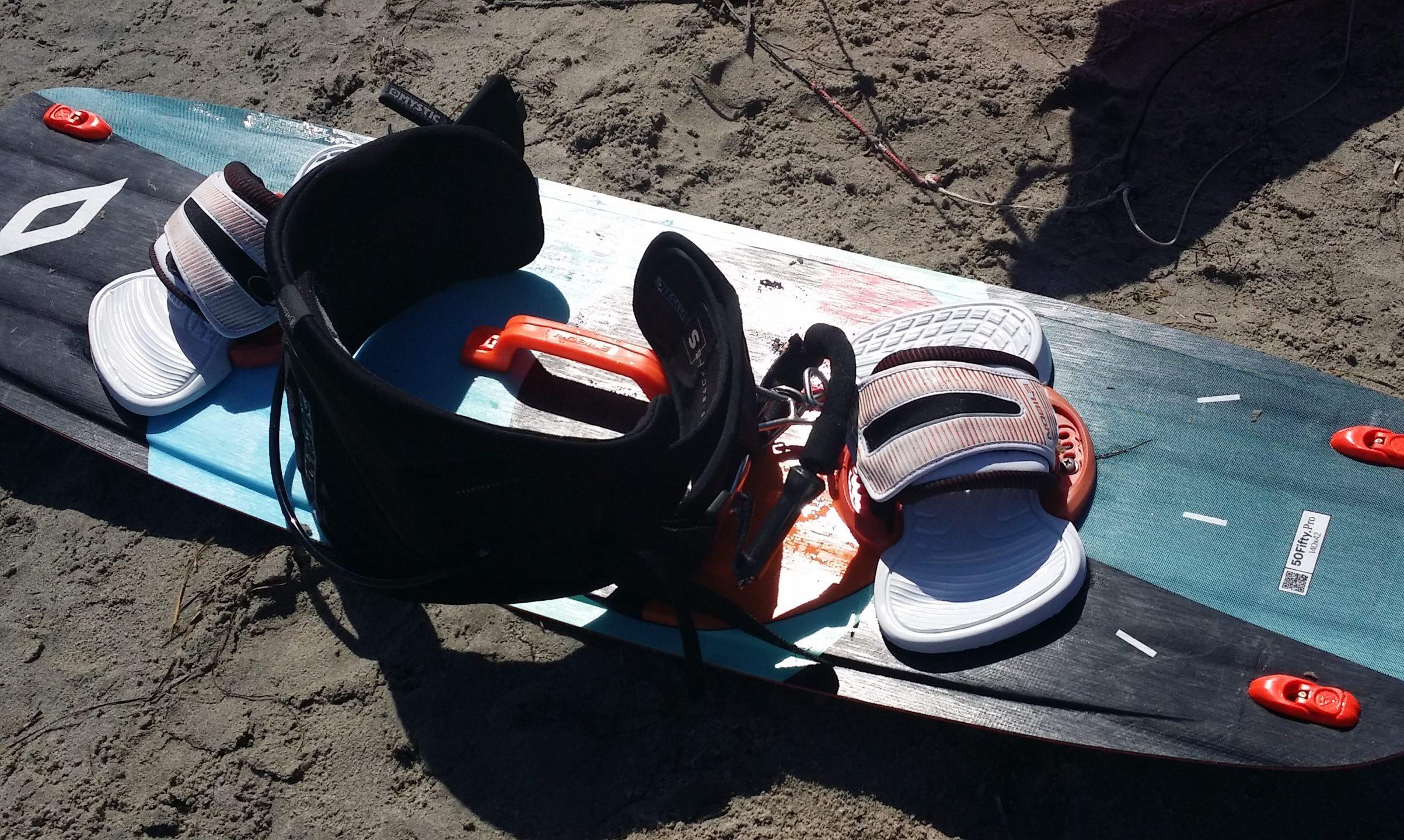 Tavola da kitesurf a Punta Trettu con un trapezio